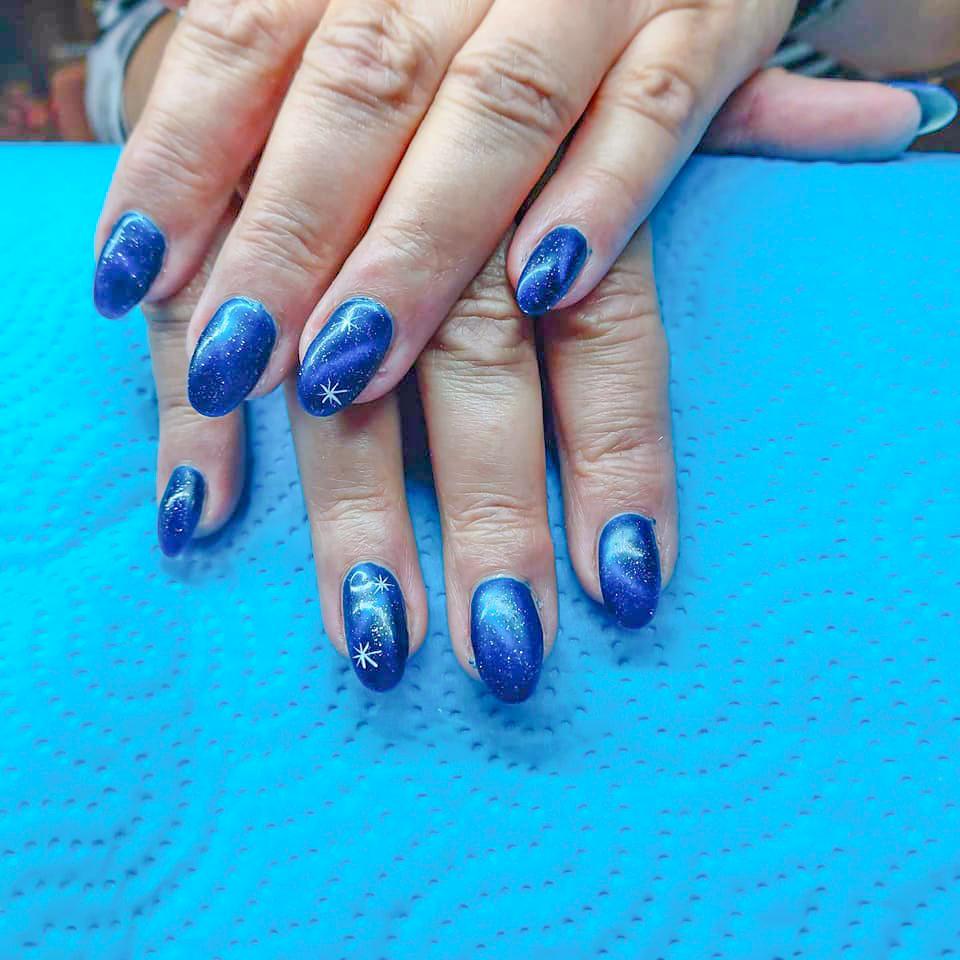 Nägel blau schimmernd