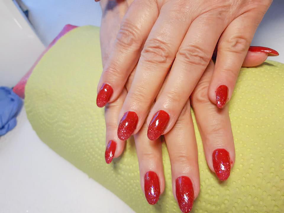 klassische rote Nägel