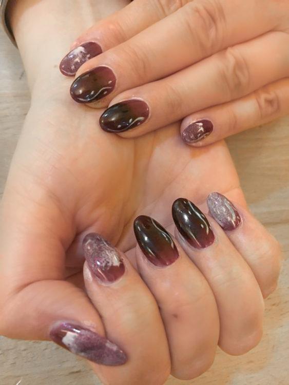 dunkelrot glänzende Fingernägel-2