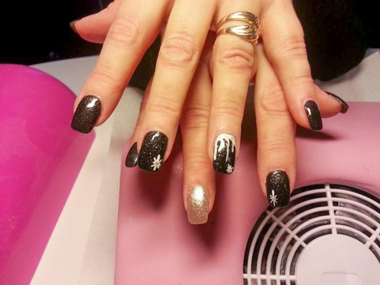 schwarz golde fingernägel im Nagelstudio